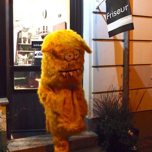 Ronki auf der Straße immer erkannt, nicht mal in Ruhe zum Frisör kann er gehen.  (Die geplante Dauerwelle hätte übrigens zu lange gedauert).